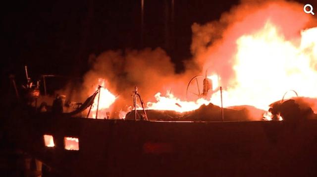 アラワイボートハーバーで火災発生。BREAKING NEWS